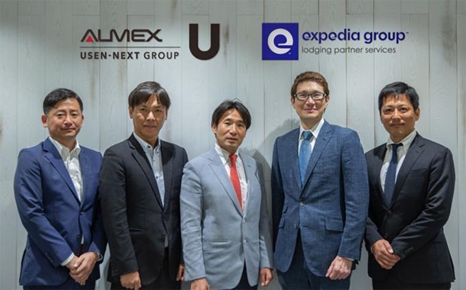 写真右側から エクスペディアグループ 東海地域統括部長 佐藤、代表取締役 マイケル・ダイクス写真左側から アルメックス ITシステム事業部 松山、常務執行役員 坪井、代表取締役社長 馬淵